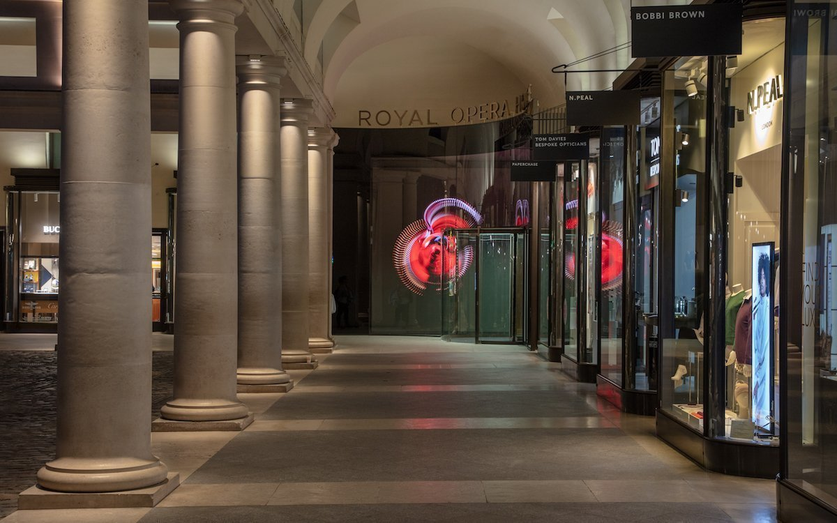 Große und kleine Screens, eine LED Wall sowie Projektoren sind im Einsatz (Foto: Royal Opera House / Luke Hayes)