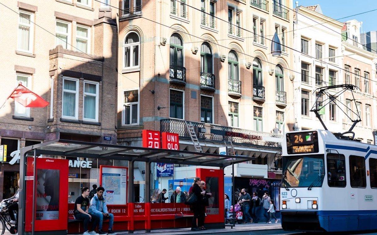 In der Nähe seines neuen Stores hat Uniqlo zudem eine Tram-Haltestelle im Look der Marke gestalten lassen (Foto: JCDecaux)