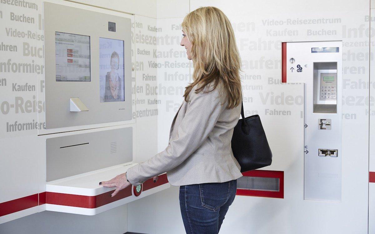 Kundin in einem Video-Reisezentrum (Foto: Deutsche Bahn)