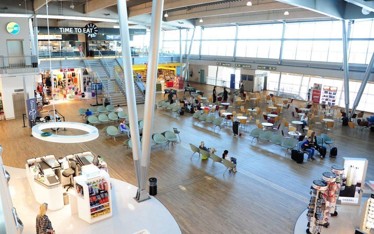 Noch mit analoger Werbung: Wartebereich am Flughafen Billund (Foto: Billund Airport)