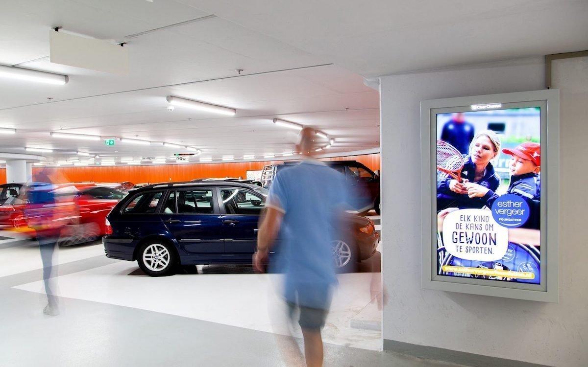 DooH Screen in einem niederländischen Parkhaus (Foto: Clear Channel / Barbra Verbij)