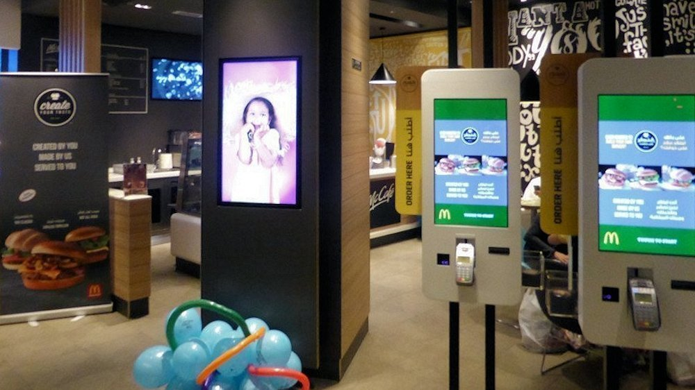 Launch der Kampagne: Mitte Dezember 2015 - Self Order Terminals (2x2), Digital Signage mit Create your own burger Promotion (Foto: invidis)