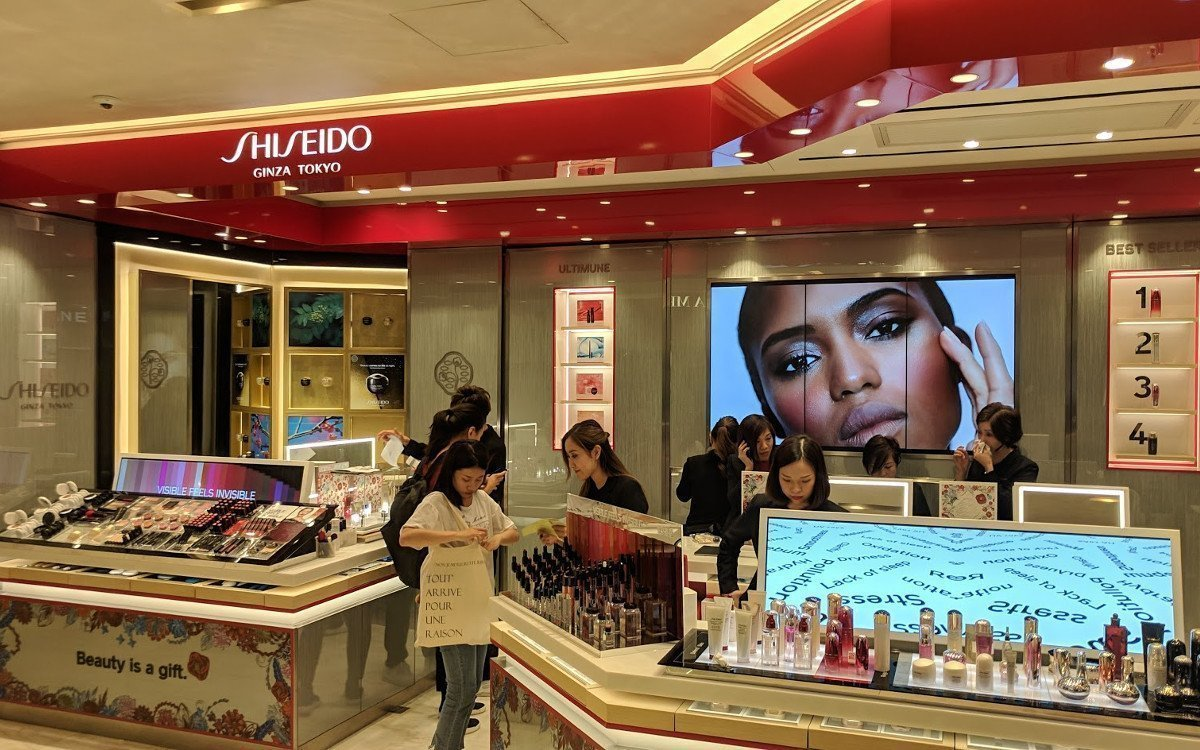 Zwei Bar-Type Displays bei Shiseido im SoGo Central (Foto: invidis)