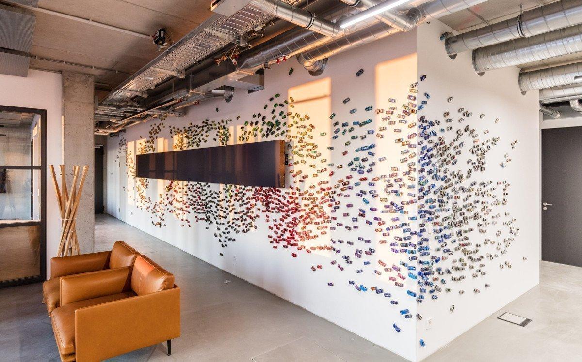 Matchbox-Autos verschönern diese Wand mit Screens bei Scout 24 (Foto: Max von Eicken/Scout24)