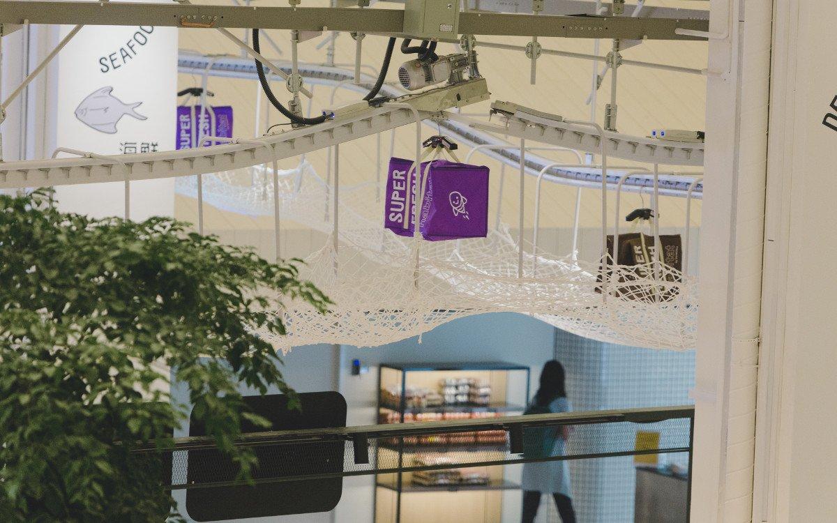 Online-Bestellungen werden via Transportband unter der Decke zum Check-out transportiert (Foto: Honestbee)
