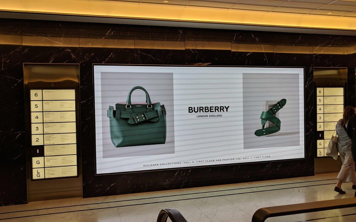Wer den Wegweiser durch das Luxuskaufhaus liest, blickt auch automatisch zur LED Wall (Foto: invidis)