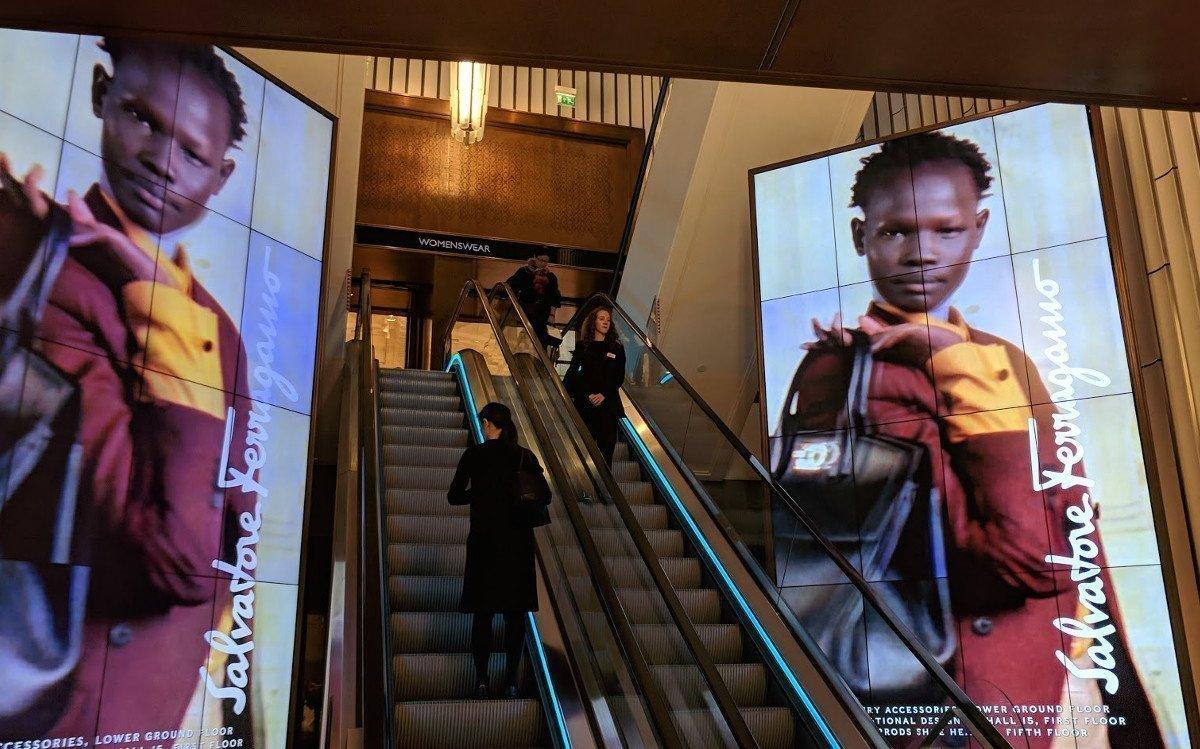 Videowalls aus LCD Screens an einer Rolltreppe – Während der Fahrt wird der Blick eingefangen (Foto: invidis)