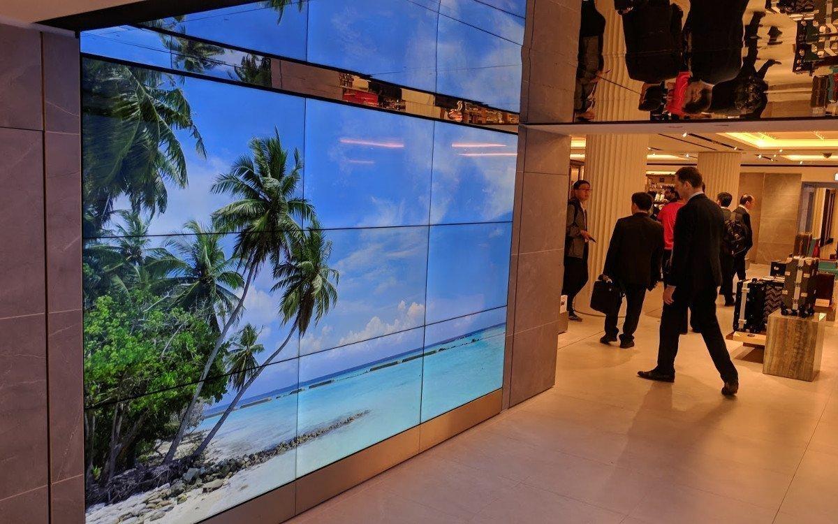 Die Wirkung dieser Videowall in 3x3 Matrix wird durch die Spiegelung an der Decke in ihrer Wirkung weiter verbessert (Foto: invidis)