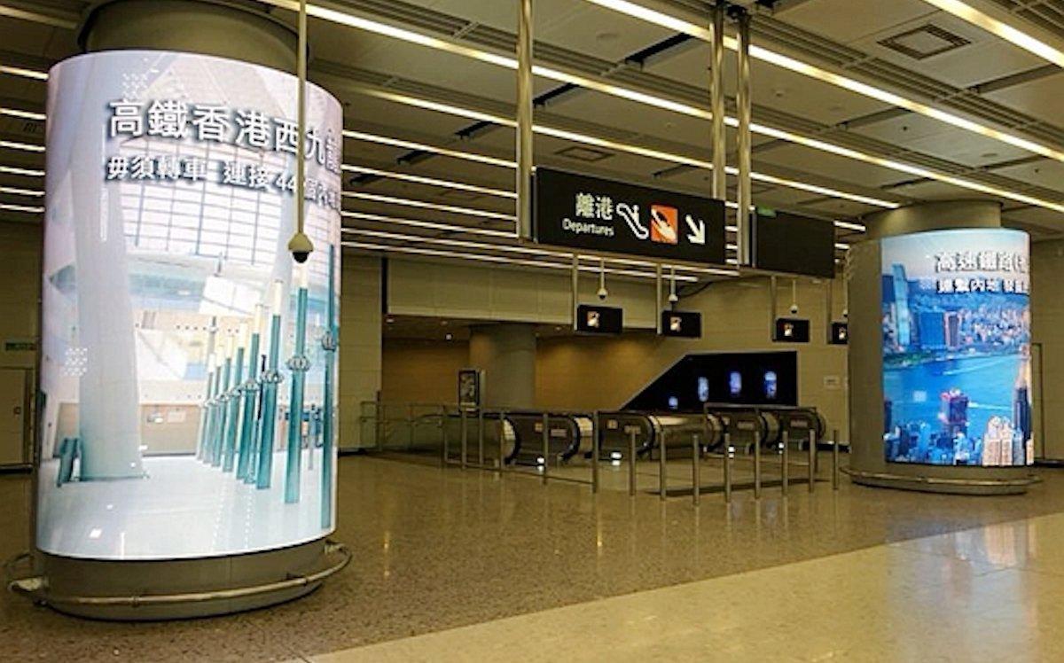 Curved LED Screens in der neuen Hong Konger U-Bahnstation (Foto. Aoto)