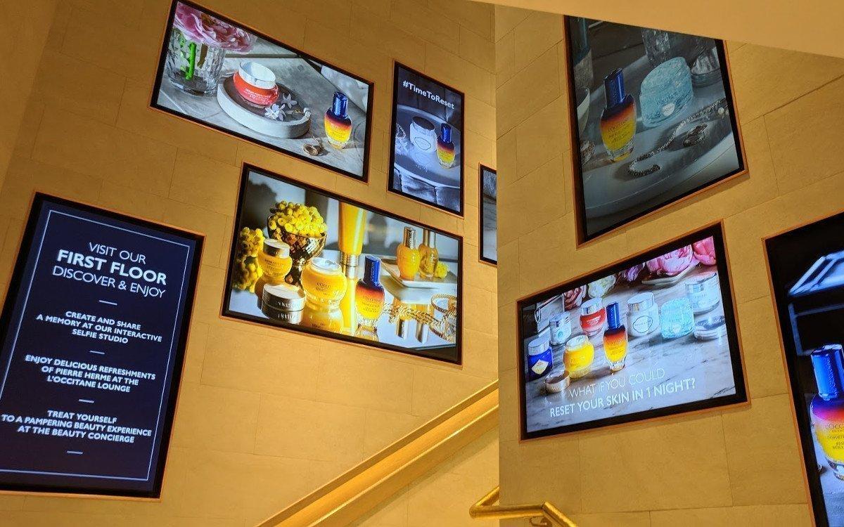 Das Treppenhaus zeigt, wie gut verschiedene Formate und Ausrichtungen von Screens wirken (Foto: invidis)