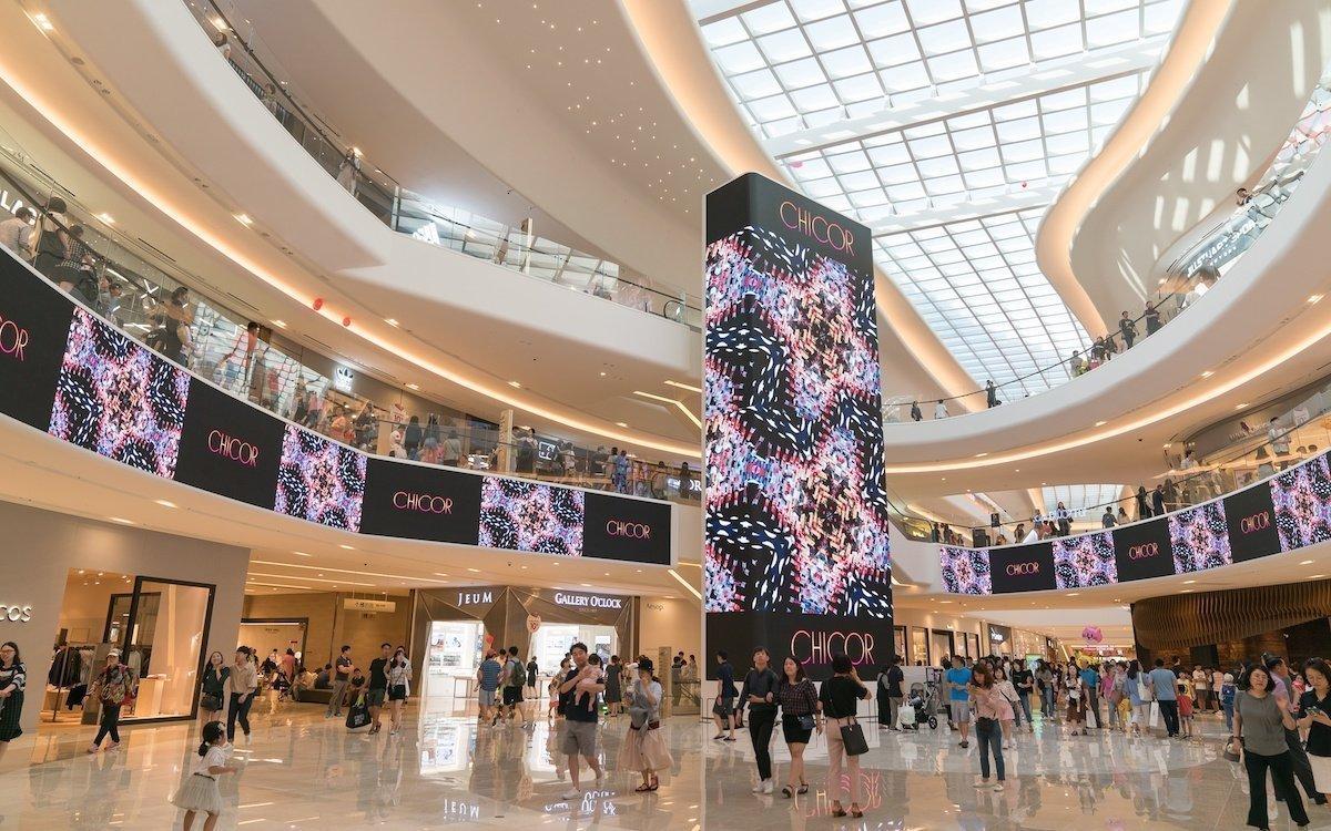 Der 15 m hohe LED Screen wurde mit um 50 Grad abgewinkelten Ecken umgesetzt – erstmals in der Branche (Foto: Absen)