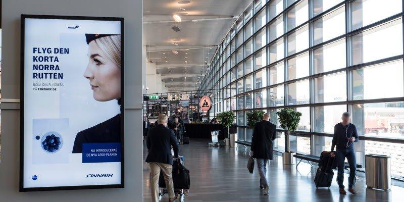 Der Bedarf an Screens fuer Airportwerbung und Displays zur Information steigt – hier ein Werbe-Screen an einem Flughafen von Swedavia (Foto: Swedavia)
