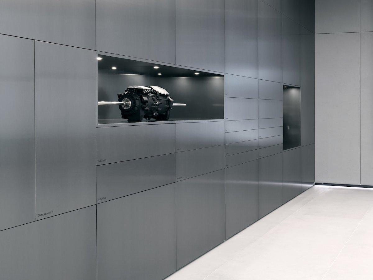 Die ersten Bilder zeigen einen extrem aufgeräumt wirkenden Showroom (Foto: Polestar)