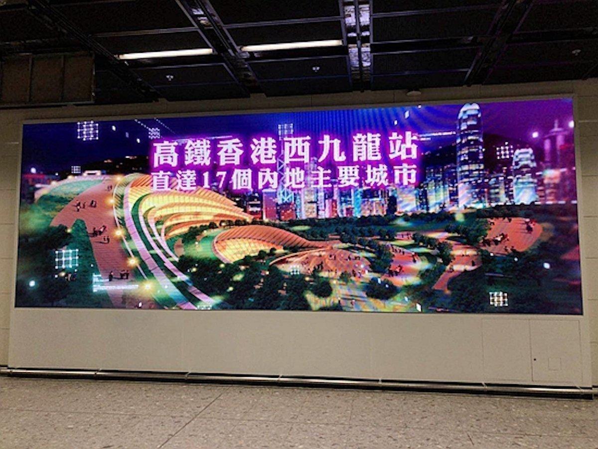 Die LED Screens sind in verschiedenen Bereichen des Bahnhofs installiert worden (Foto: Aoto)