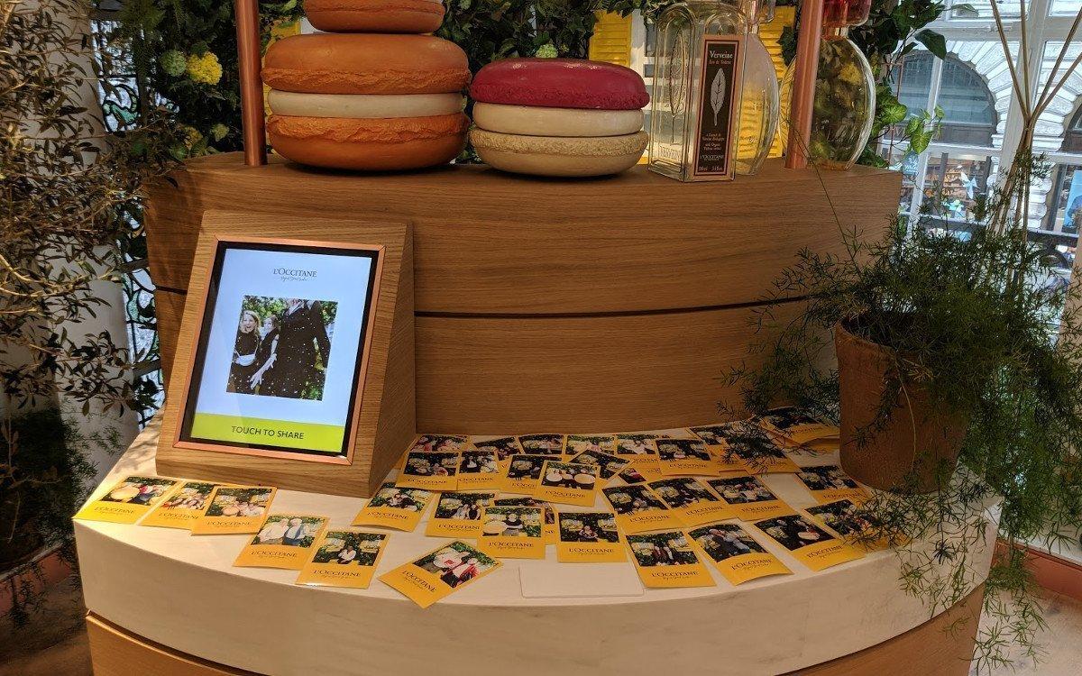 Ein Beispiel für die passende Integration von digitaler Technologie mit analogen Ladenbauelementen (Foto: invidis)