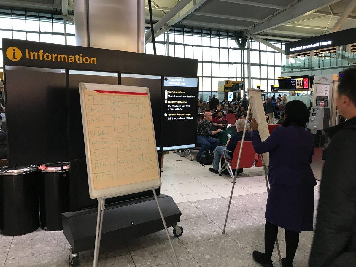 Ein Flugpassagier dokumentierte den Ausfall des Systems auf Twitter (Twitter-Foto: @PhilipSawdon)