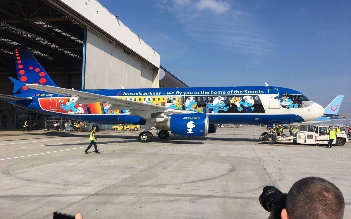 Ihren eigenen Jet haben die Schlümpfe aktuell auch – Sonderlackierung eines Flugzeugs von Brussels Airlines (Foto: Smurf Experience)