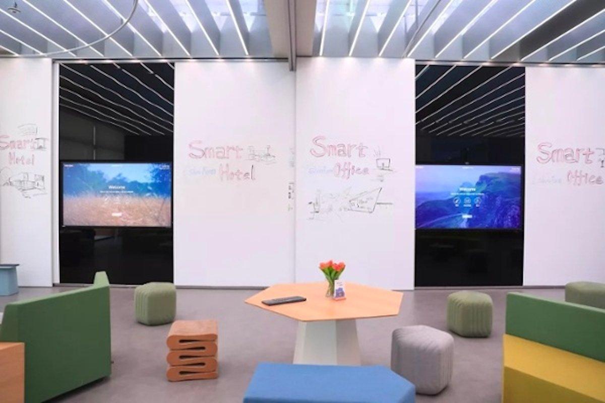 Je nach Bedarf können Räume um die 85-Zöller herum gebildet werden (Foto: Prysm)