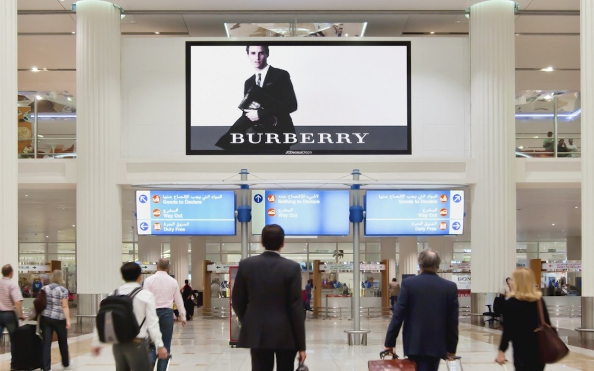 Kampagne für Burberry am Airport DXB (Foto: JCDecaux Dicon)