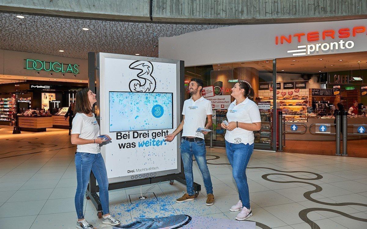 Konfetti gehört zur interaktiven Kampagne der Mobilfunkmarke Drei dazu (Foto: Gewista)
