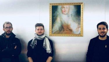Künstlerkollektiv Obvious vor einem KI-Gemälde (Foto: Obvious)