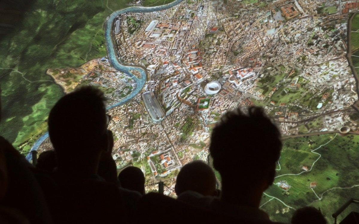 Mit hochwertigen Projektoren arbeitet die Ausstellung in dem ehemaligen Kino (Foto: Panasonic)