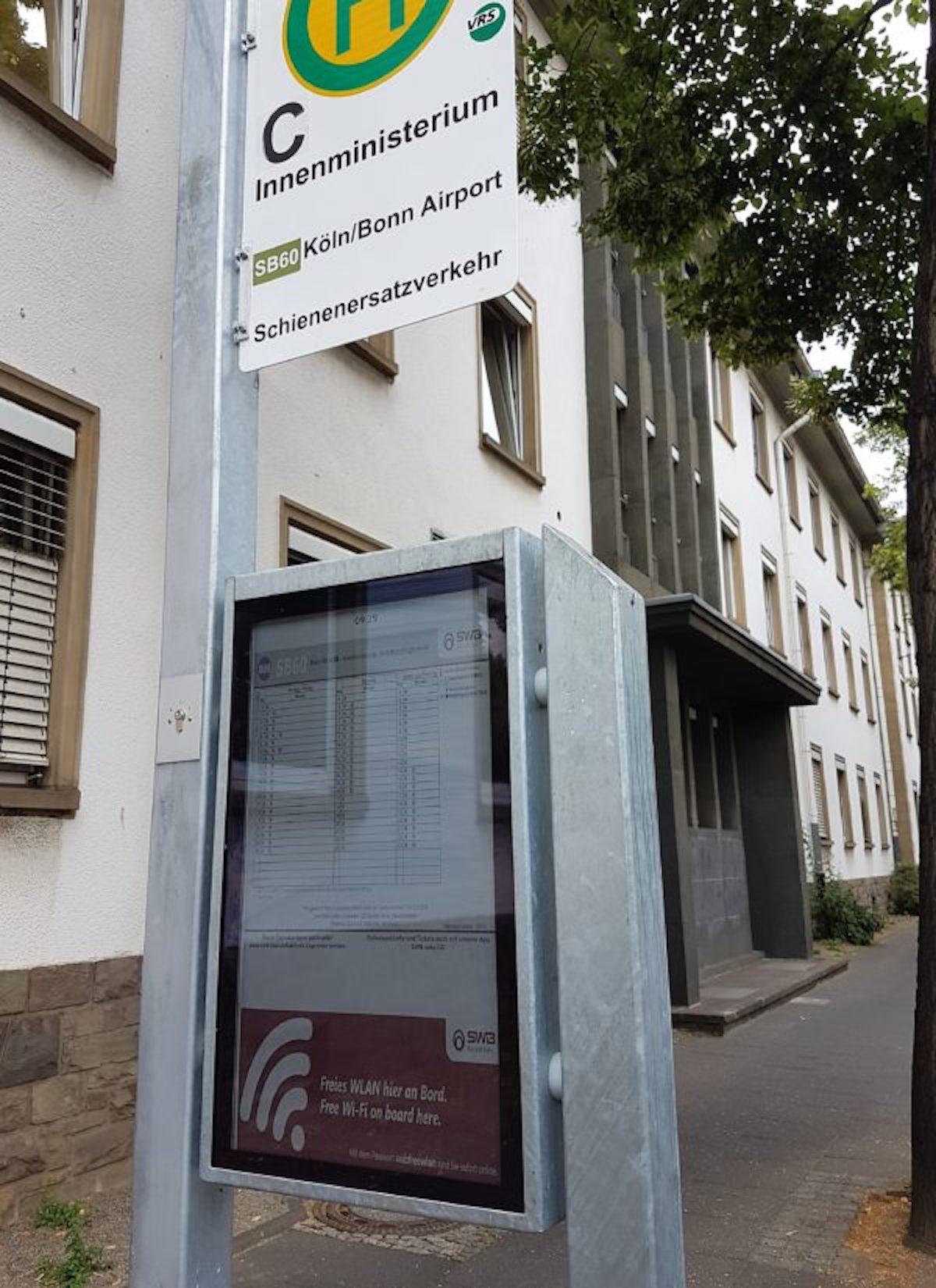 Papercast-Screen an einer Haltestelle in Bonn (Foto: Christiansen GmbH)
