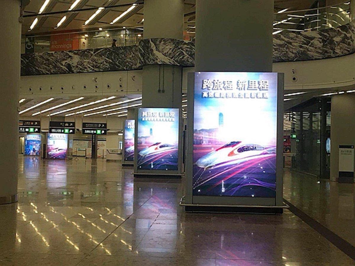 Screens in der Lobby des Ankunftsbereichs (Foto: Aoto)
