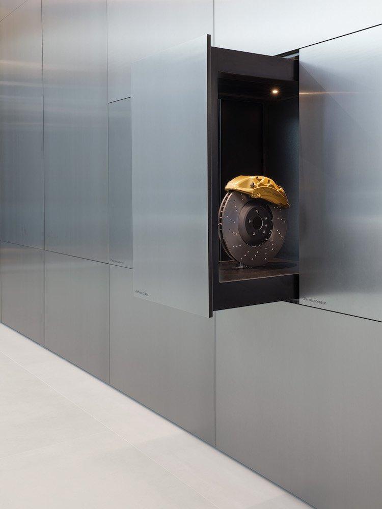 Versenkbare Schubladenelemente im Polestar-Showroom (Foto: Polestar)