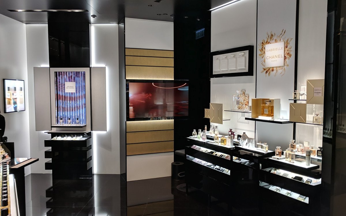 Digital Signage Kunst bei Chanel Beauté in der IFC Mall Hongkong (Foto: invidis)