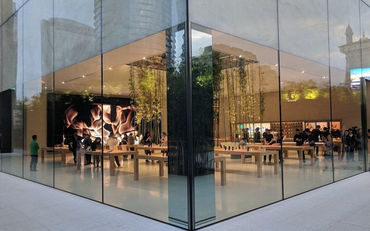 Glasfassade lässt Einblicke auf die MicroLED Wand - oberhalb die berühmte Glas/Marmor-Fassade - Apple Cotai Central (Foto: invidis)