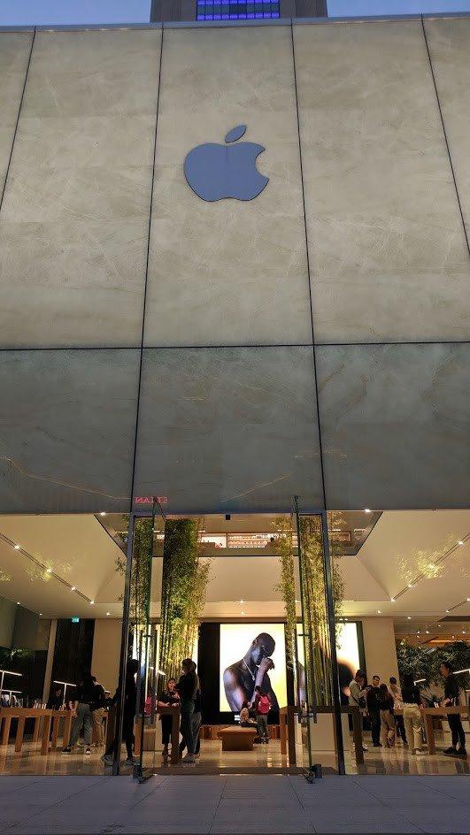 Die Videowall ist omnipräsent - Apple Cotai Central (Foto: invidis)