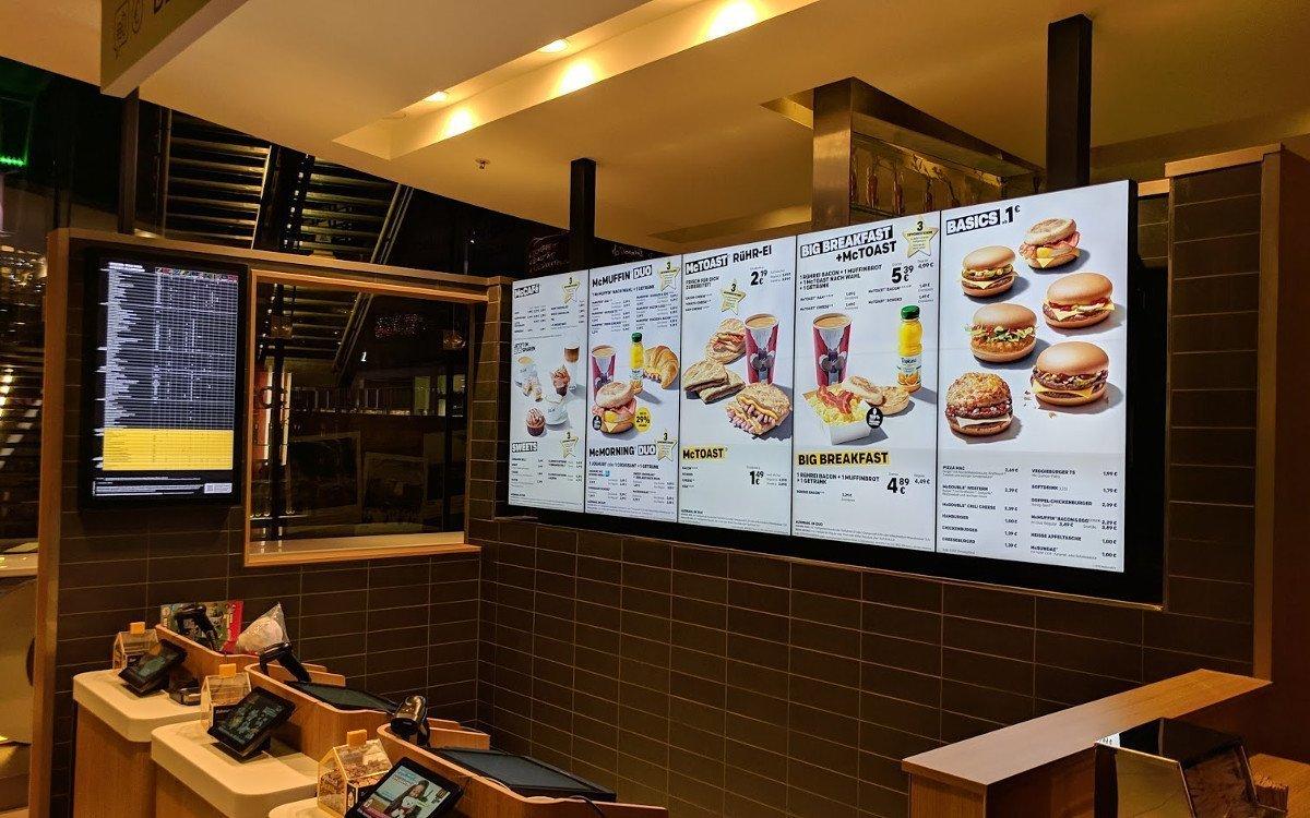 McDonalds Menu Board mit Aussicht (Foto: invidis)