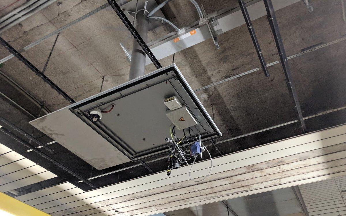 Auch die Projektoren hängen von der Decke - allerdings oberhalb der Bahnsteige (Foto: invidis)