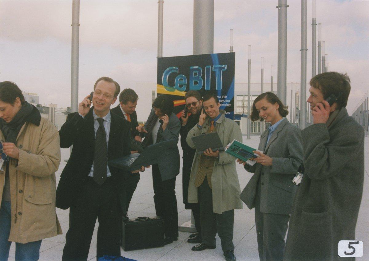 Als jeder noch Baggy-Hosen und hässliche Frisuren trug: Handy war auf der CeBIT auch in den 1990ern ein Must-have (Foto: Deutsche Messe AG)