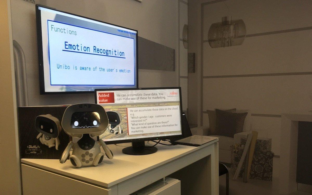 Der Roboter Unibo ist an eine mächtige KI angebunden (Foto: invidis)