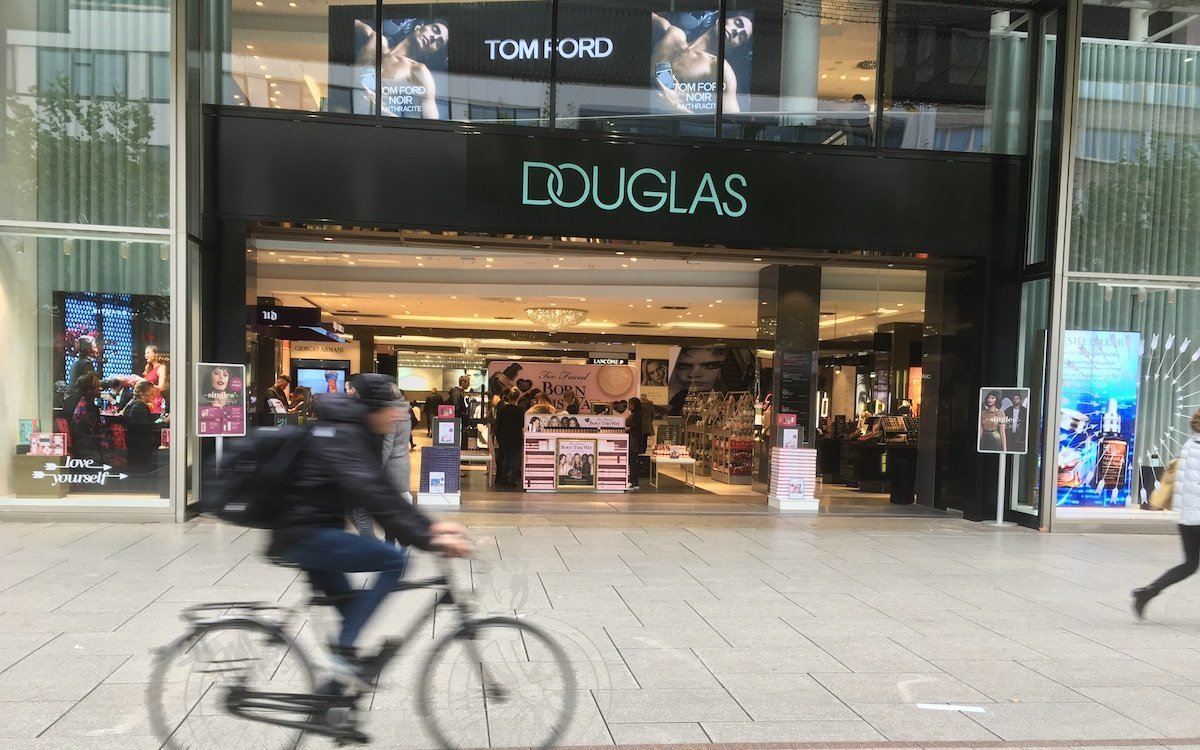Die Schaufenster nutzt Douglas für lichtstarkes und auffallendes Digital Signage (Foto: invidis)