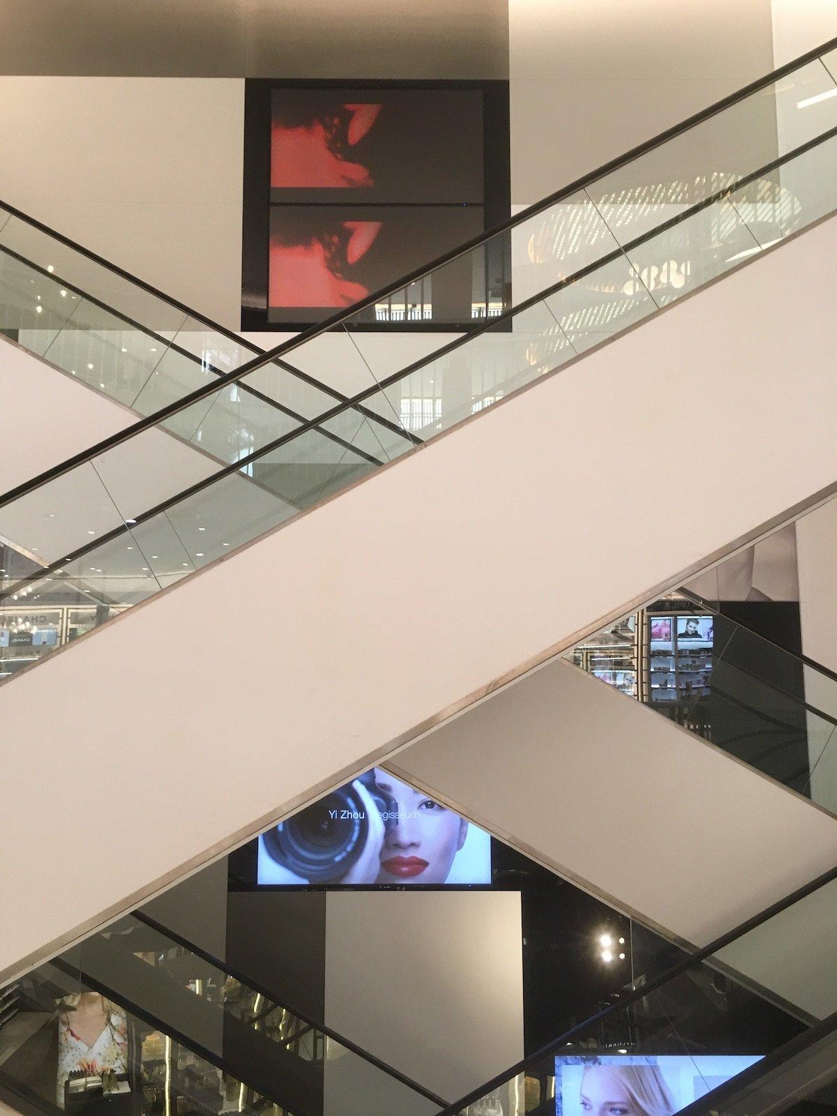 Durch die offene Architektur sind die Screens auch außerhalb der Rolltreppen sichtbar (Foto: invidis)