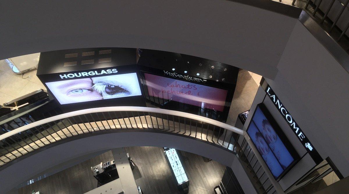Rechts im Bild: Ein Blick nach unten zeigt die großen Digitalflächen (Foto: invidis)