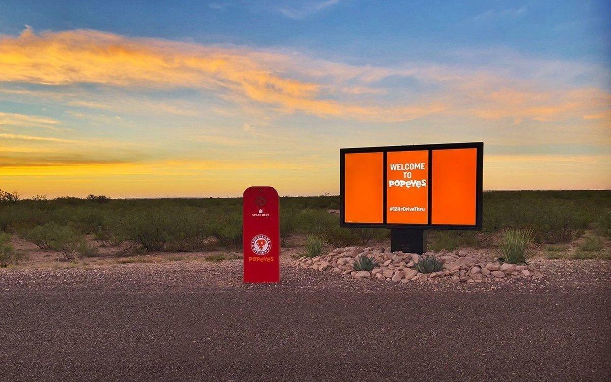 Fastfood für Entschleunigte: der temporäre Drive-thru von Popeyes in der texanischen Wüste (Foto: Popeyes)