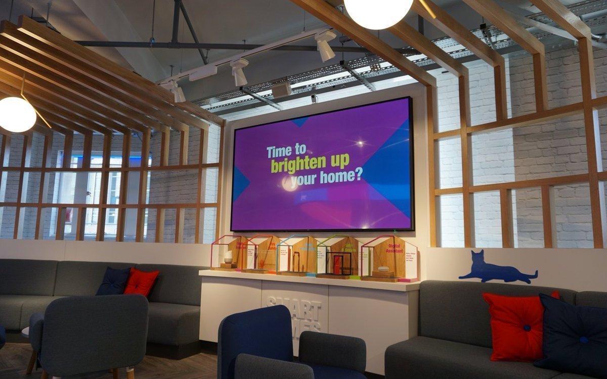 Holz und Licht sorgen neben großen Screens für einen modernen Look (Foto: Pixel Inspiration)