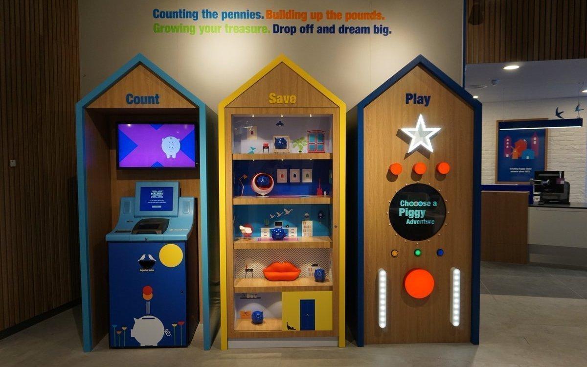 In der Kinderecke finden sich ein Mini ATM und Screens mit kindgerechten Inhalten (Foto: Pixel Inspiration)