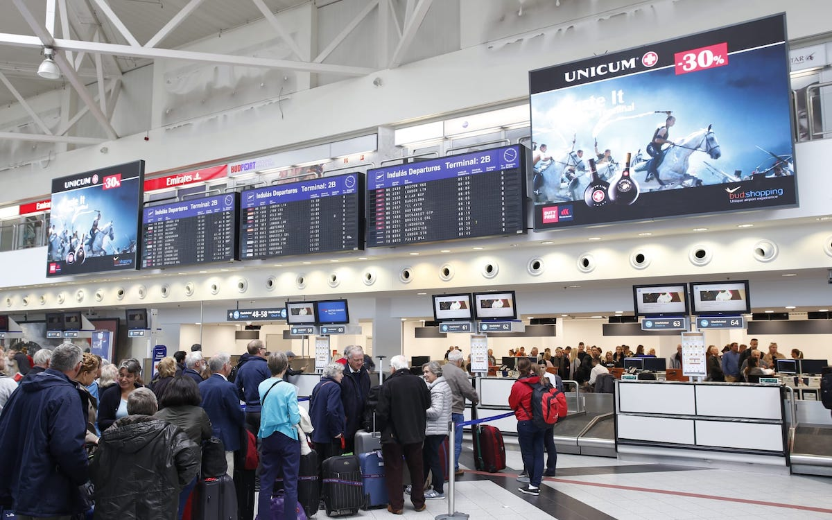 LED Screens am Check-In des Budapester Airports (Foto: IAAC)