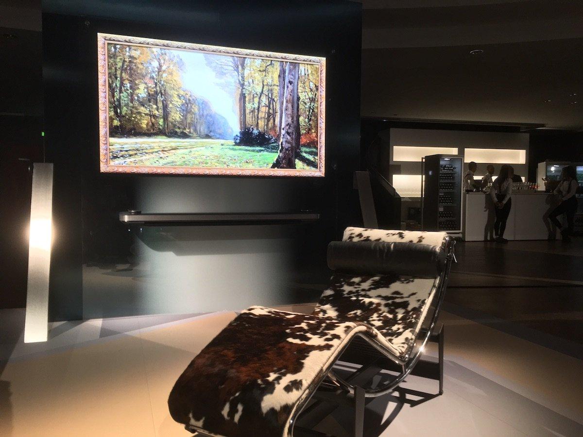 OLED TV von LG Signature und LC 4 Liege von Le Corbusier in Frankfurt (Foto: invidis)
