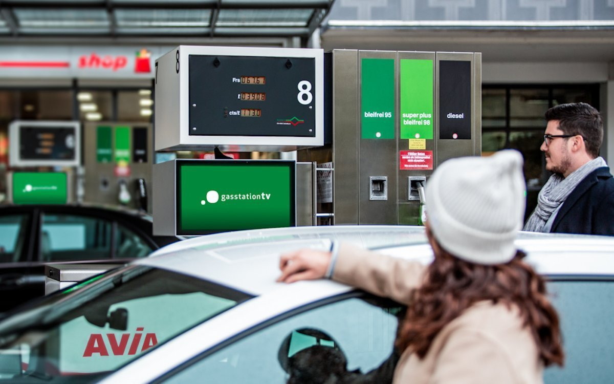 Screen von gasstationtv an einer Avia-Tankstelle in Basel (Foto: gasstationtv)