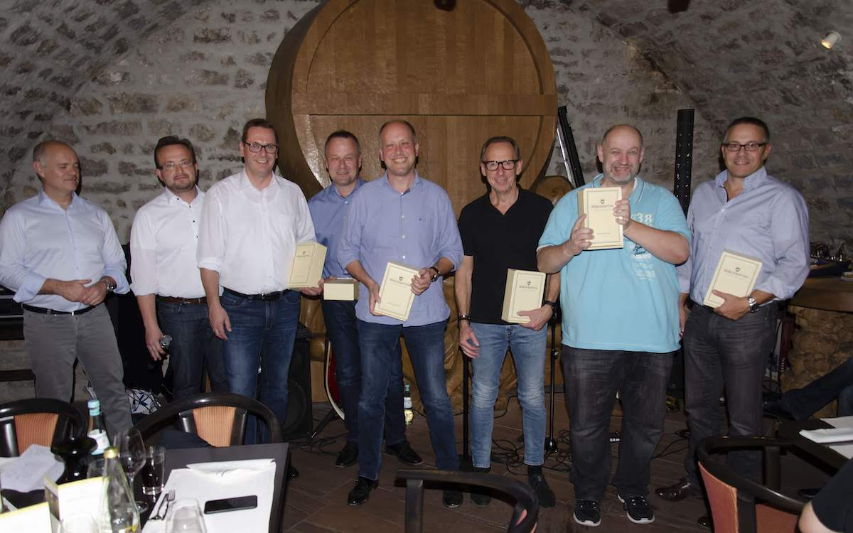 Teilnehmer der Veranstaltung im Weinkeller (Foto: Kindermann)