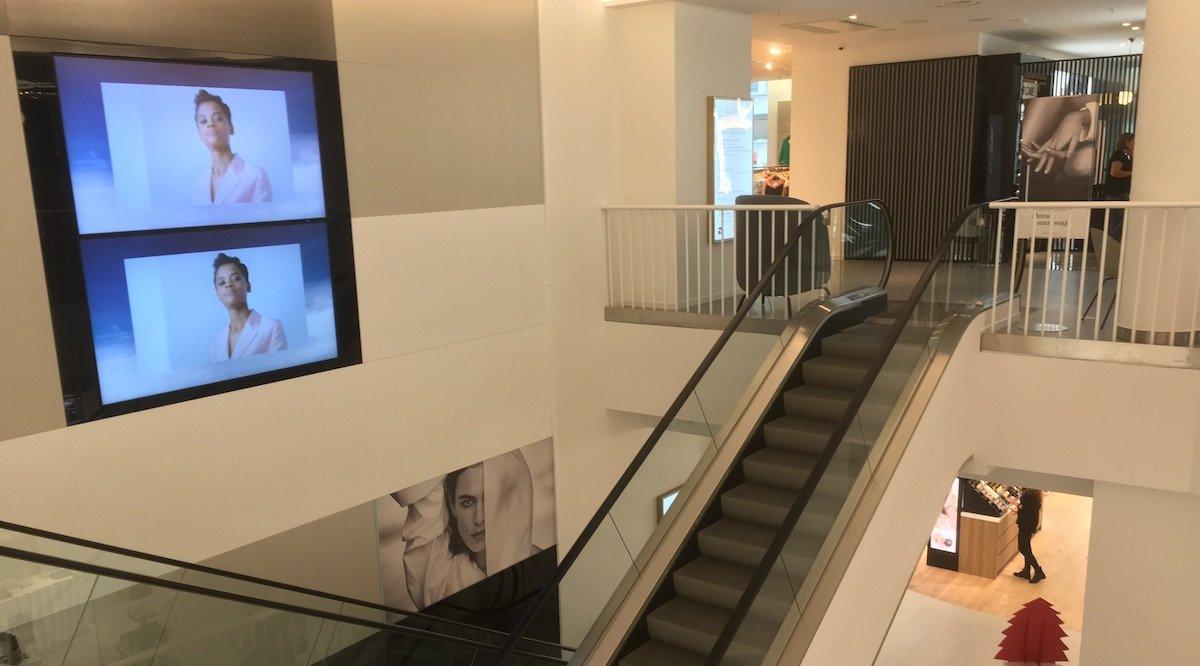 Übergroße Large Format Displays sind zumeist paarweise an den Rolltreppen installiert (Foto: invidis)