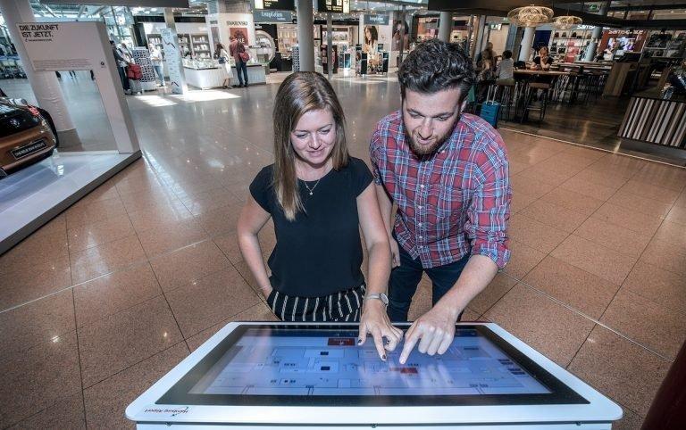 Via Touchscreen oder Smartphone erlaubt die Lösung eine moderne Wegeleitung (Foto: Grassfish / Michael Penner)