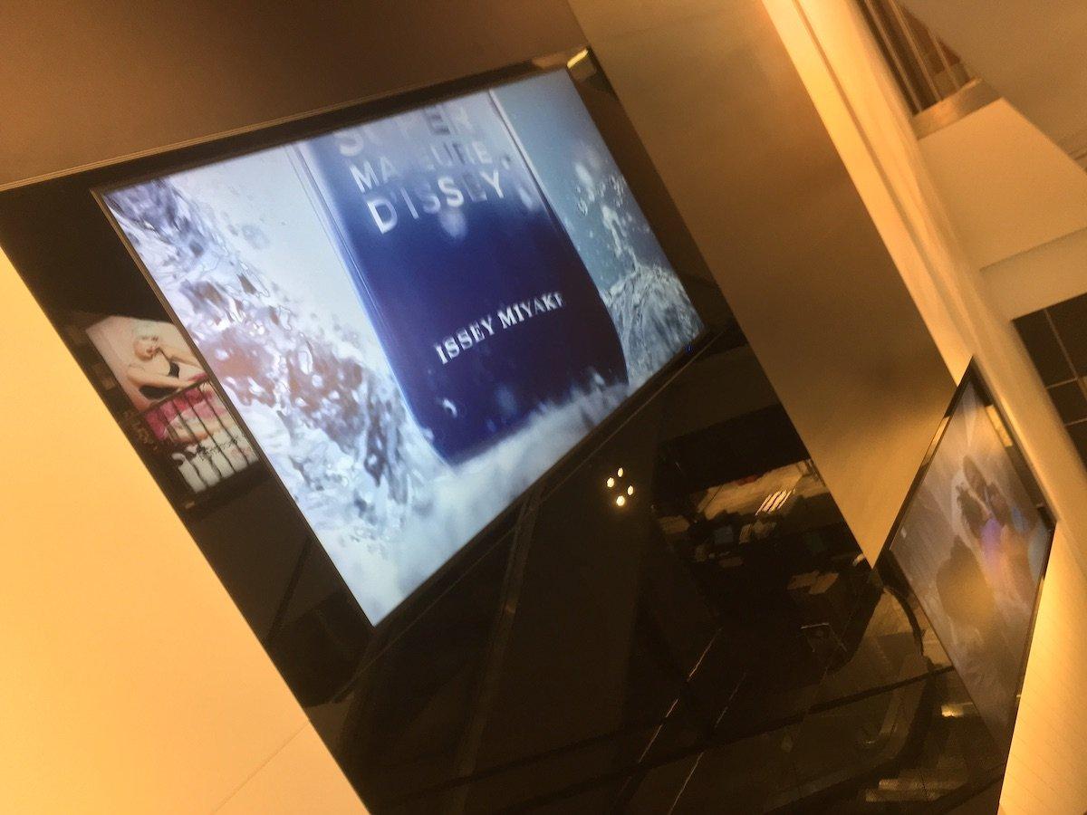 Während der Fahrt auf der Rolltreppe erscheinen digitale und analoge Elemente vor unserem Auge (Foto: invidis)