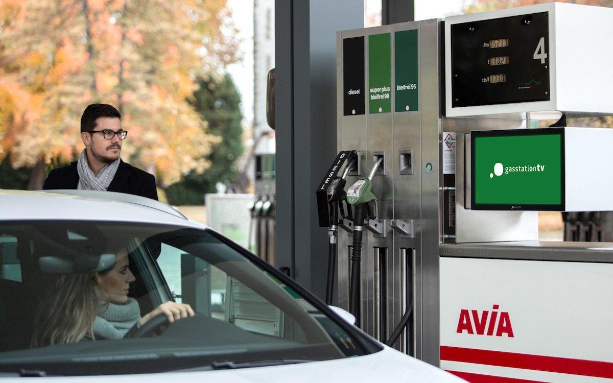 Werbe-Screens an einer Avia-Tankstelle in Luzern (Foto: gasstationtv)